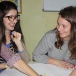 Matilda diskuterar med en cirkeldeltagare under en engelsklektion på Agora center.