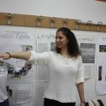 Diana är aktiv på mattelektionen under besöket på gymnasieskolan Ismet Mujezinovic.