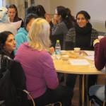Hawar hjälper en deltagare att säga bra på sorani – basche!