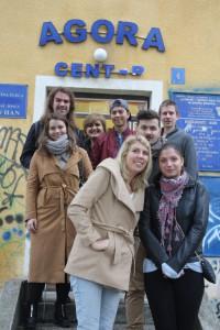 deltagare från Västerås folkhögskola framför Agora center