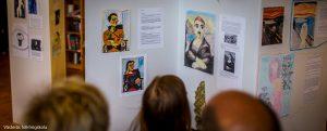 besökare tittar på konst framställt av deltagare