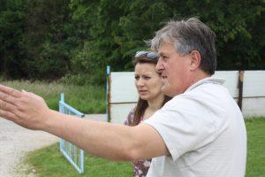 Romernas talesperson Dragan försöker få myndigheterna att investera i området. Anita från Tuzla Community Foundation hjälper till med opinionsbildningen.