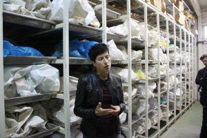 Antropolog Dragana Vucetic tar oss med in i bårhuset där likdelar förvaras i väntan på ytterligare kroppsdelar som kan hittas från kommande utgrävningar i massgravar.