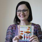 """Läraren Emina Sarajlic visar stolt upp boken """"Siffror"""". En present från våra deltagare och för användning i studiecirkeln """"svenska för bosnier""""."""