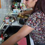 Tanja Majid förbereder kvällens potatisgratäng.