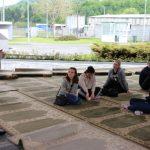Vår guide berättar om folkmordet i Srebrenica och hur han själv överlevde. Foto - Jan Pettersson