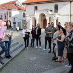 Guidad visning på torget i Tuzla. Foto - Jan Pettersson