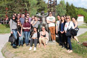 Stadsvandringen genomfördes tillsammans med en grupp bosnier som studerar engelska. Foto - Jan Pettersson