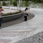 Wilma och Nahida vandrar runt på minnesplatsen för dem som dog i Srebrenica 1995. Foto - Jan Pettersson