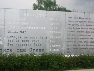 Minnesplakett över de avrättade under andra världskriget med deras sista meddelanden till sina anhöriga.