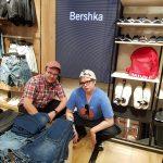 Markus och Daniel provar nya kepsar medan vi väntar på Safa som provar kläder.