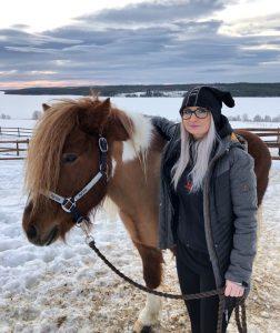 Madeleine Gejland tillsammans med Wångens häst Ivan från Bergeå Gård. Foto: Emma Roos
