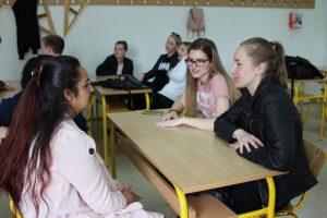 Diskussion med studerande på gymnasieskolan Ismet Mujezinovic. Foto - Jan Pettersson