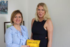 Kim överlämnar insamlade pengar på Folkhögskolans dag till Jasna Jasarevic. Foto - Jan Pettersson