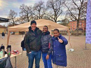 Joakim Walther och två av eleverna som ser fram emot fredagens lektion.
